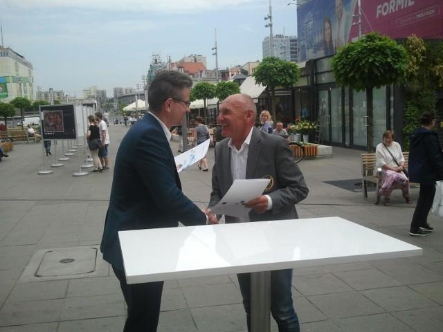 Wiceprezydent Katowic Waldemar Bojarun i Czesław Lang tuż po podpisaniu umowy.