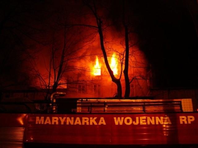 Dwanaście jednostek strazy pozarnej gasilo w piątek wieczorem pozar starej opuszczonej willi przy ulicy Chopina w Ustce. Przyczyną bylo prawdopodobnie podpalenie.