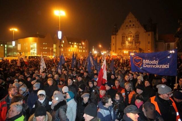 Strajk obywatelski w Poznaniu. Tłumy na placu Mickiewicza