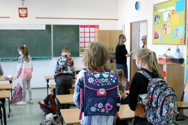 Po powrocie do nauki stacjonarnej uczniowie klas IV-VIII oraz szkół średnich mają otrzymać ofertę zajęć wyrównawczych w szkołach.