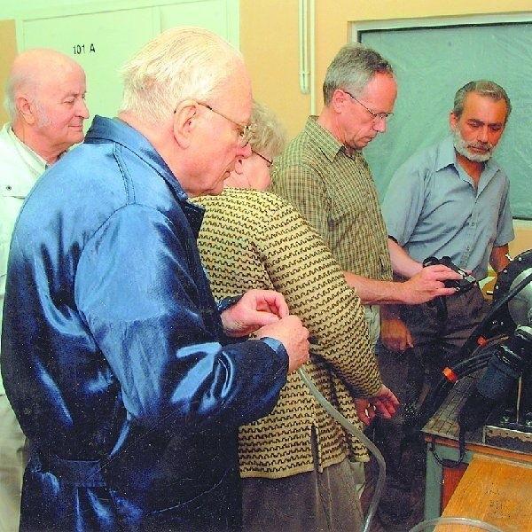Tak wygląda urządzenie wzbogacające powietrze w tlen. Na  zdjęciu z lewej wynalazcy: dr Eugeniusz Waliszko i prof.  Krzysztof Wernerowski