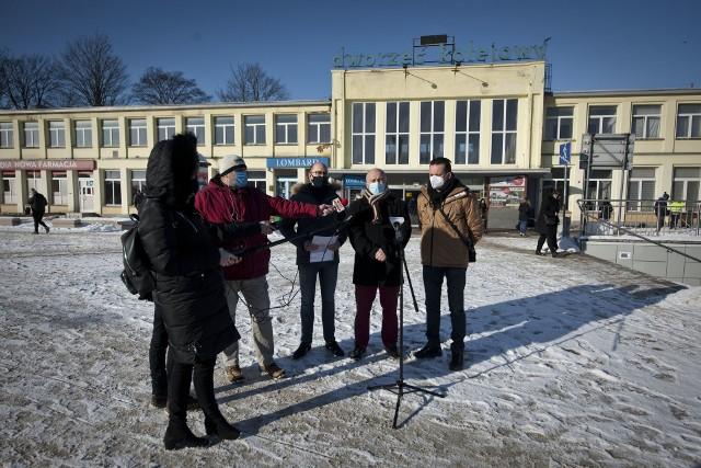 Koszalińscy radni, od prawej: Tomasz Bernacki, Sebastian Tałaj i Jakub Kowalik przed koszalińskim dworem PKP