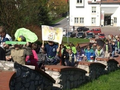 Najmłodsi Uczniowie z Czernichowa z transparentami zachęcającymi do segregacji śmieci przeszli przez wioskę. Fot. Archiwum UG Czernichów