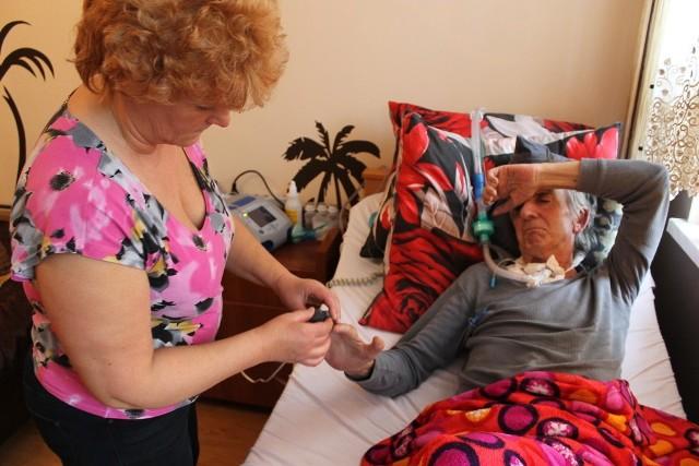 Andrzej Sądecki przez blisko 30 lat pracował jako operator koparki, ale szybko postępująca choroba przykuła go do łóżka. - Kiedy mąż stawał przed komisją z ZUS-u był siny, nie mógł zacisnąć dłoni, ale oni go nawet nie zbadali - żali się jego żona.