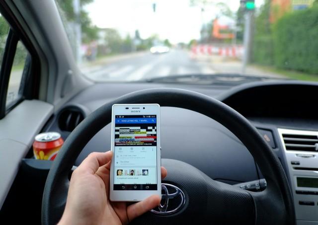 Z ankiet wynika, że ponad 47 proc. kierowców rozmawia przez telefon w czasie jazdy