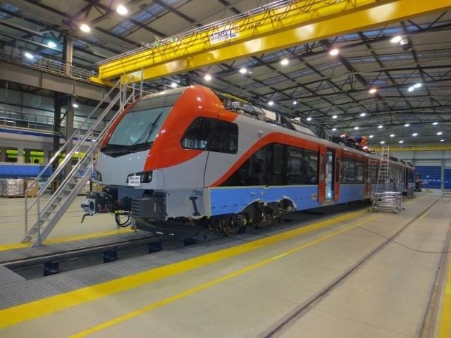 Nowy pociąg musi przejść testy dopuszczające do ruchu. Do Łodzi dotrze w kwietniu.