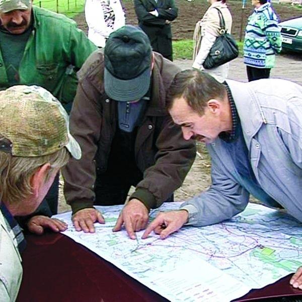 Antoni Chojnowski (na zdjęciu po prawej) ma pola w Sierzputach i Jednaczewie. Z planów wynika, że obwodnica przetnie każde z nich na dwie części.
