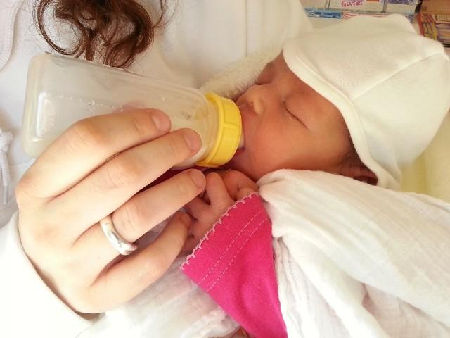 Opieka nad noworodkiem to temat rzeka. Rodzicom wciąż przychodzi się mierzyć z wieloma mitami. W ich głowie pojawia się mnóstwo pytań: Czy dziecku należy dawać smoczek? Jak często kąpać noworodka? Czy nosić go na rękach? Z pomocą może przyjść doświadczona położna, która podpowie, jak właściwie opiekować się noworodkiem, a później niemowlakiem. Poznajcie jej rady na następnych stronach. Wystarczy przesunąć zdjęcie gestem lub nacisnąć strzałkę w prawo.