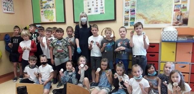 Uczniowie klasy II a w szkole podstawowej w Białobrzegach spotkali się z doktor Moniką Mańkowską, stomatologiem i mamą jednego z drugoklasistów.