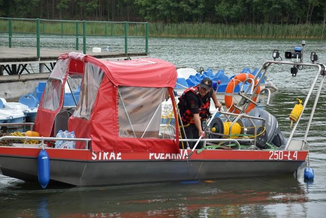 Trwa akcja poszukiwawcza na jeziorze Chomiąskim (powiat żniński, gmina Gąsawa). Aktualnie, do zlokalizowania ciał dwóch mężczyzn, strażacy używają sonaru z jednostki w Bydgoszczy. Jak podkreślają, to najlepszy sprzęt w Polsce. Sprawdzana jest cała trasa od ośrodka Roma, skąd wypłynęli turyści, do okolic ośrodka Gród Piasta w Chomiąży Szlacheckiej.