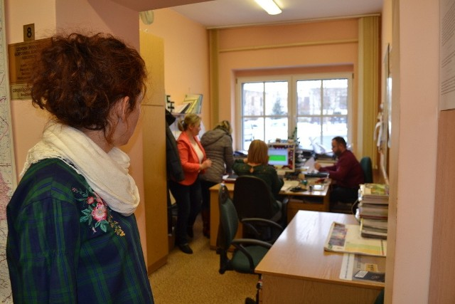 Wójt Joanna Wons-Kleta i pracownicy urzędu narzekają na ciasnotę i wilgoć