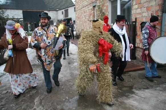 Na czele korowodu kroczą Bery, czyli dwaj mężczyźni przebrani w kostiumy z siana i sznurka.