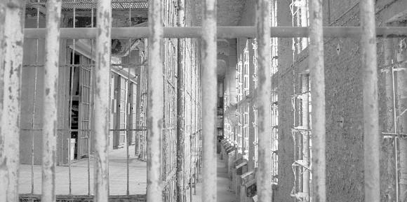 Tłok w więzieniach złagodził przepisy dotyczące odbywania kary. Jeśli więźniowi państwo nie zapewni trzech metrów kwadratowych w celi, skazany ma większe szanse na odroczenie kary.