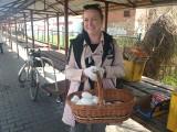 """Na targu w Międzyrzeczu możesz kupić gęsie jaja. Niektórzy mówią, że są """"pancerne"""". Tak ciężko je stłuc!"""