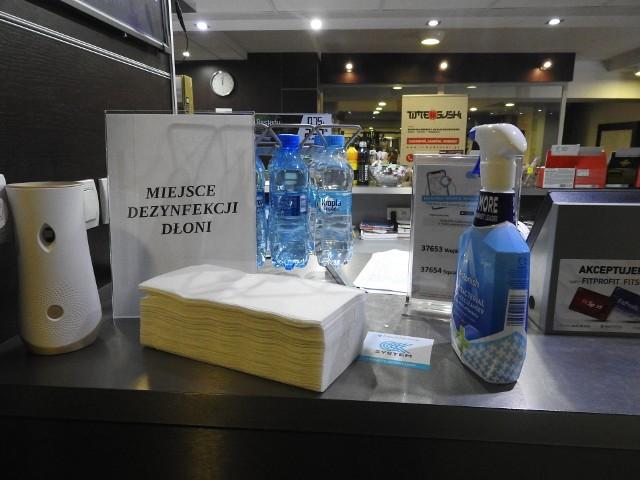 Płyny do dezynfekcji rozstawione są w całej siłowni RIO Wellness - Pan i Pani Fit na Antoniuku.