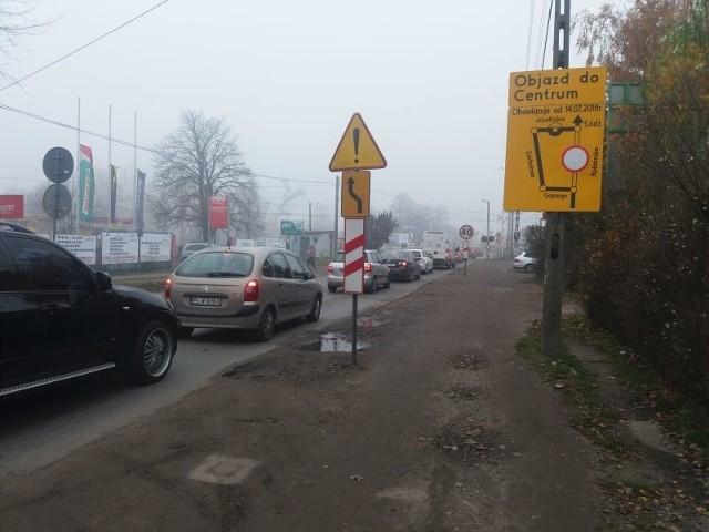 Biada kierowcom, którzy jadąc od strony Anrespola uwierzyli, że zamknięty odcinek Rokicińskiej objadą ul. Gajcego.