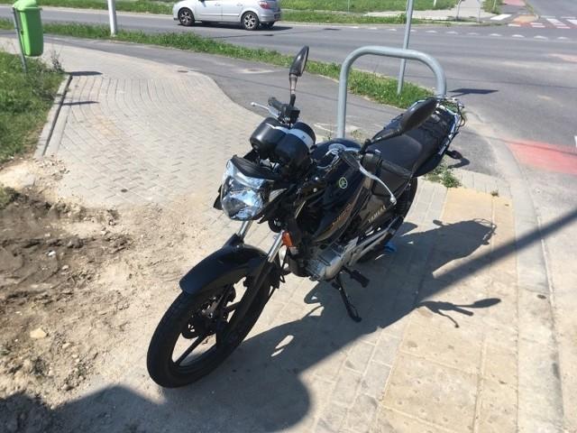 Do zderzenia auta osobowego z motocyklem doszło w niedzielę na skrzyżowaniu Alei Solidarności z ulicą Kaliską w Opolu.