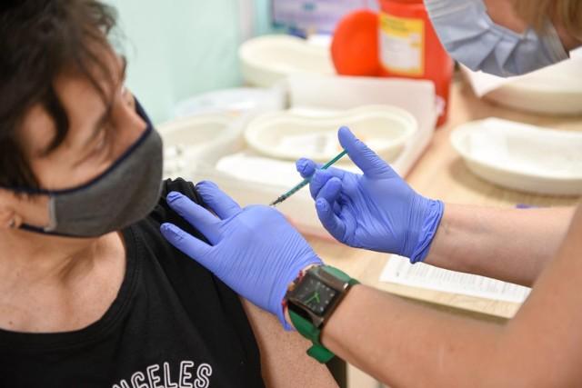Przedstawiciele powiatów podejmują kolejne działania by zachęcić mieszkańców do zaszczepienia się. Niestety, w niektórych z nich zainteresowanie szczepieniami spada