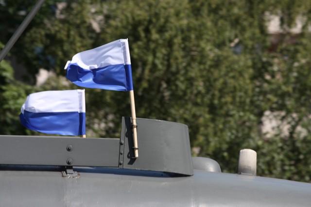 Flagi biało-niebieskie na krakowskich tramwajach i autobusach
