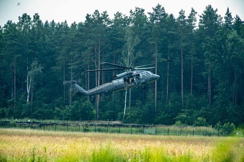 Policja ćwiczyła we wtorek (6.07) na białostockim lotnisku...