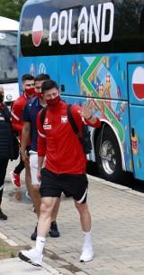 Przylot piłkarzy do Sevilli. Garstka kibiców przed hotelem. Galeria zdjęć