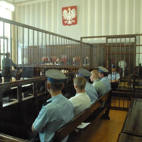 Dwaj mężczyźni na ławie oskarżonych. Do bójki, a później zabójstwa w centrum Białegostoku miało dojść, bo ofiara nie dała napastnikom papierosa