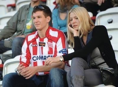 Po zdobyciu w Sosnowcu medali w mistrzostwach Polski Radosław Zawrotniak z żoną kibicował w Krakowie piłkarzom Cracovii Fot. Wacław Klag