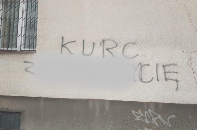 Na bloku, w którym mieszka koluszkowski aktywista Patryk Kurc, w tym tygodniu pojawiły się wulgarne napisy i groźby. Ich autor (bądź autorzy) chciał, żeby adresat wiedział, do kogo są skierowane, i użył w nich jego nazwiska.Czytaj więcej na następnej stronie