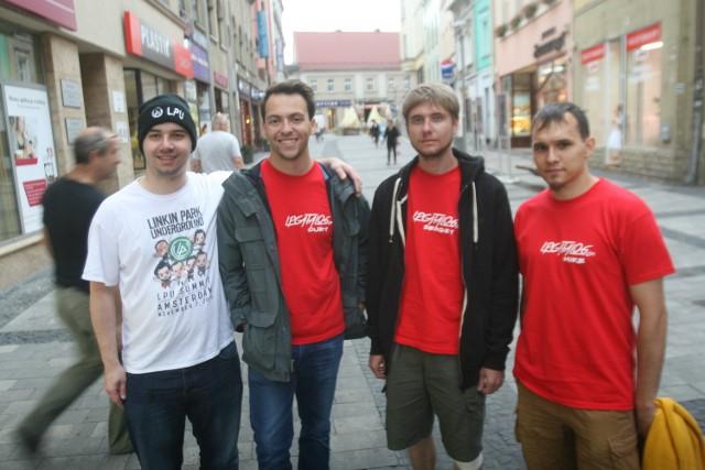 Fani Linkin Park w Rybniku mówią, co podoba im się w mieściePochodzą z różnych stron świata. Poznali się w Rybniku, gdzie wieczorem odbędzie się koncert Linkin Park. Fani z Anglii, Rosji i Polski razem zwiedzają miasto i odkrywają jego uroki.