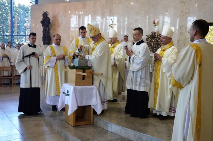 Bp Andrzej Czaja sporządził Krzyżmo, łącząc wonny balsam z olejem.