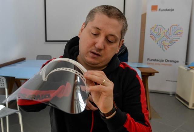 Stowarzyszenie FabLab Gdańsk produkuje przyłbice dla szpitali zamiast odwołanych przez koronawirusa zajęć dla dzieci