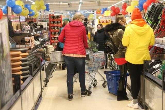 Na początek czerwca sklepy przygotowały gigantyczne promocje, nie tylko na napoje alkoholowe. Taniej kupimy produkty na grilla, w tym kiełbasę. Ale to nie wszystko. W supermarketach czekają na Was również inne, wyjątkowe rabaty: lody za złotówkę, ser gratis, Pepsi 40% taniej - to tylko niektóre z promocji. Mniej zapłacicie za zakupy w takich sieciach handlowych jak Biedronka, Kaufland, Netto, Lidl, Aldi, POLOmarket czy Auchan. Zobaczcie szczegóły promocji. Czytaj dalej. Przesuwaj zdjęcia w prawo - naciśnij strzałkę lub przycisk NASTĘPNE