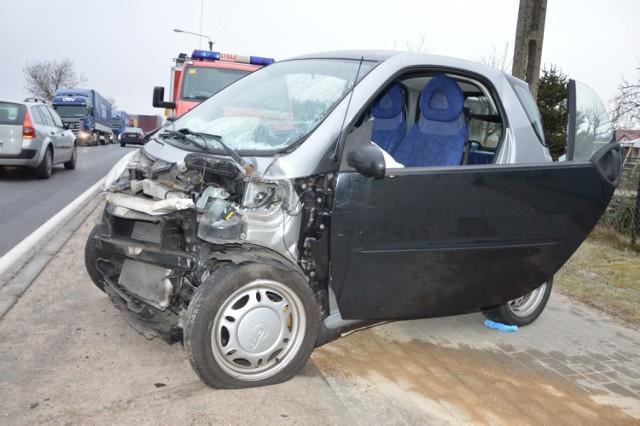 Wypadek w miejscowości Rychnowy.  Kierowca Smarta w szpitalu