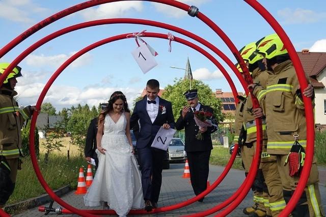 Strażacka brama dla nowożeńców z Tuchomia.