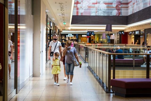 Sklepy i centra handlowe wymagają od klientów stosowania się do obowiązku osłaniania nosa i ust.
