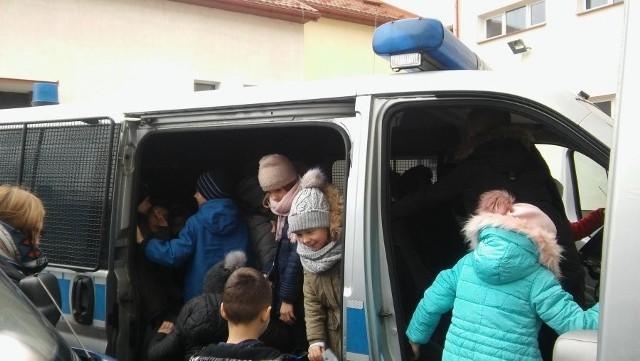 Uczniowie kl. III SP 2 w Lubaczowie odwiedzili Komendę Powiatową Policji w Lubaczowie.