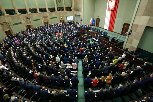 W środę posłowie po raz pierwszy głosowali w sprawie tzw. Piątki dla zwierząt. To projekt wspierany przez Jarosława Kaczyńskiego, który ma m.in. zakazywać hodowli zwierząt futerkowych czy występów cyrkowych. Miała też ograniczać ubój rytualny, ale ten pomysł upadł w komisji. Sejm głosował w środę za odrzuceniem ustawy w pierwszym czytaniu. Jeśli posłowie poparliby to rozwiązanie, projekt by upadł. Parlamentarzyści w większości sprzeciwili się jednak temu pomysłowi (forsowanemu przez Konfederację) i skierowali projekt do dalszych prac w komisji. Drugie czytanie zaplanowano na czwartek. Jak głosowali posłowie z Wielkopolski?Przejdź do następnego zdjęcia -------->