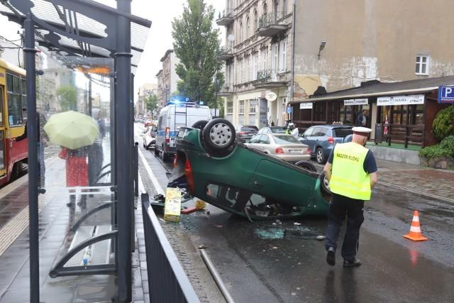 Leżące na dachu w poprzek jezdni auto zablokowało ruch na jednej jezdni alei Kościuszki. Kierowca i pasażer samochodu uciekli z miejsca wypadku...Czytaj, zobacz ZDJĘCIA na kolejnych zdjęciach