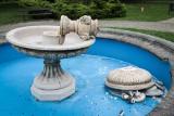 Wandale zniszczyli fontannę. Mieszkańcy Mielca zostawiają przy niej kwiaty [ZDJĘCIA]