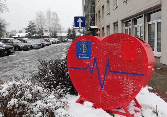 Takie ażurowe czerwone serce na nakrętki stanęło przed budynkiem starostwa powiatowego, dziesięć trafi do gmin