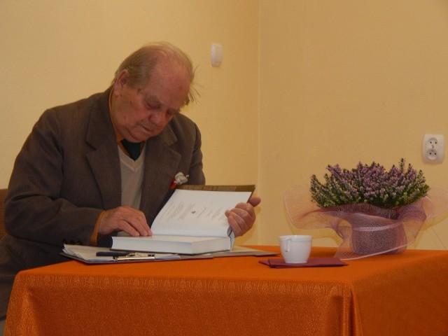 Ryszard Ejchelkraut prowadzi spotkania w klubie dyskusyjnym