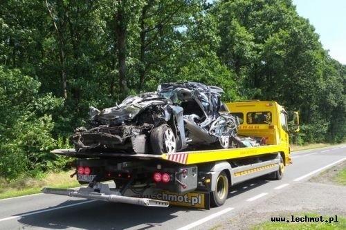 Mężczyzna kierujący samochodem marki kia ceed z nieustalonej przyczyny zjechał na lewy pas jezdni i zderzył się z kombajnem zbożowym.