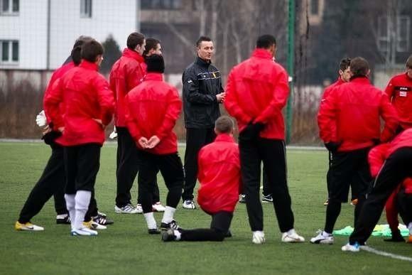 Tomasz Hajto (w środku) może oficjalnie prowadzić zespół Jagiellonii
