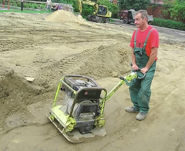 Rozpoczęły się prace nad nowym traktem. Bernard Gryga utwardza podłoże pod parking.