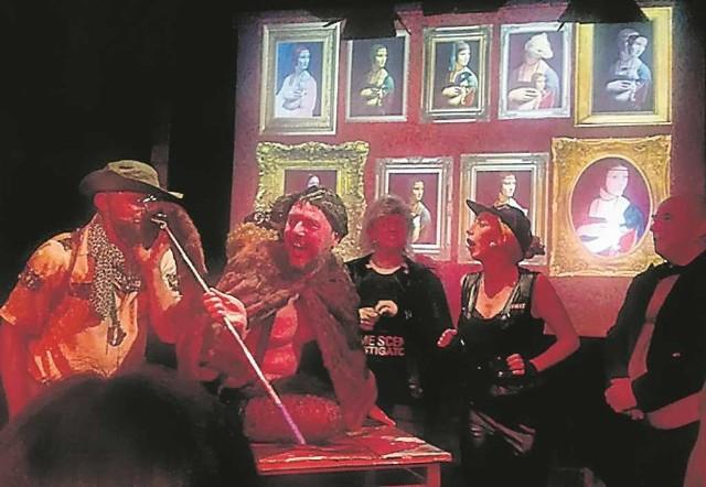 Na scenie teatru Barakah widać dobrą energię zespołu