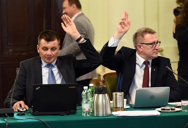 Jeszcze nim wprowadzono elektroniczne głosowanie radni na sesjach posługiwali się prywatnymi laptopami. - Wprowadzenie tabletów jest mi obojętne - zaznacza Grzegorz Fecko (na zdj. z lewej)