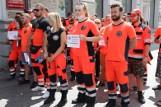 Protest ratowników medycznych w Łodzi. Delegacje ratowników z całego regionu demonstrowały przed urzędem wojewódzkim