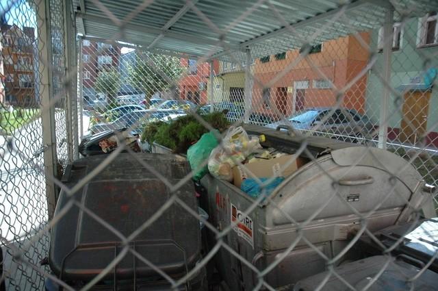 Śmietniki wspólnot zarządzanych przez firmę Alfa znalazły się w zamkniętym boksie. Dzięki temu jest w nich nieco mniej odpadów. Pozostałe są ogólnodostępne. Wszystkie stoją w tym samym miejscu - pod oknami mieszkańców.
