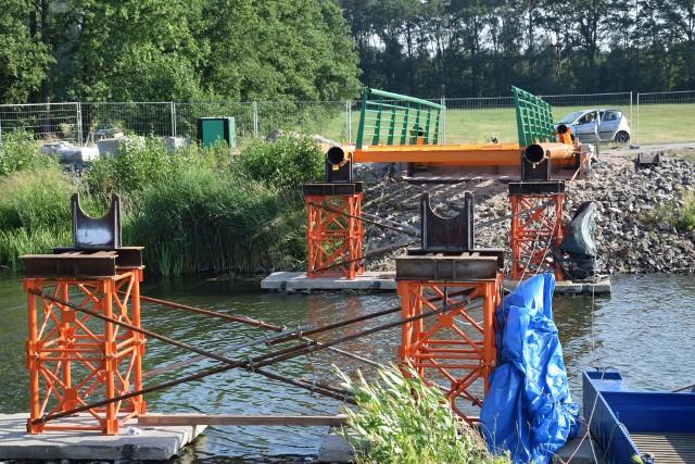 Jeszcze siedem takich części przyjedzie do Kluczborka. Po ich złączeniu powstanie most o długości 42 metrów.
