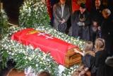 Gesty wsparcia z całego świata po śmierci Pawła Adamowicza. Ulica imienia Adamowicza, opuszczone flagi, księgi kondolencyjne, nabożeństwa